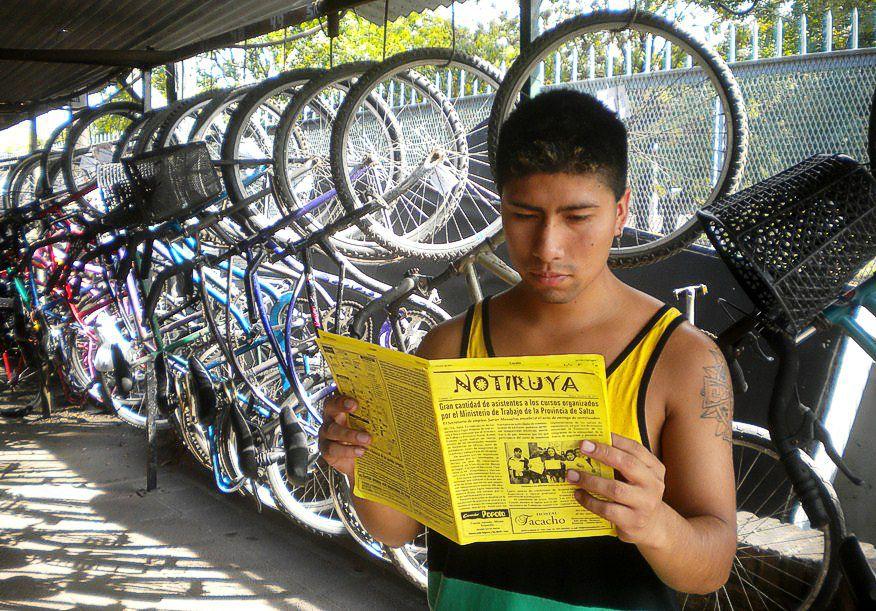 Leyendo NOTIRUYA, en la guardería de bicicletas de Ezeiza