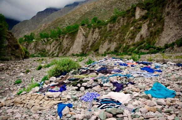 La imagen, tomada por Carlos Torrente en San Isidro (Iruya), muestra la ropa secándose al sol sobre las piedras de la playa del río.