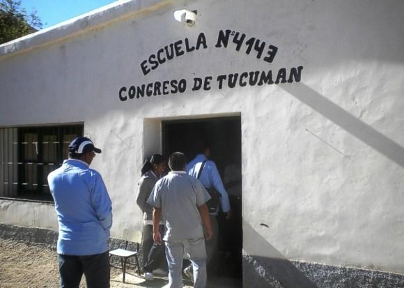 Agentes sanitarios y enfermeros entran a la escuela de Pueblo Viejo (Iruya) para dar una charla sobre prevención de la salud, el pasado año