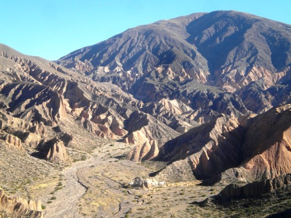 Si cuando vas para Iruya (o cuando regresas) pasas por Tilcara, y caminas por sus cerros, tal vez te sorprenda un paisaje como éste... (Foto: Lilian Schuett)