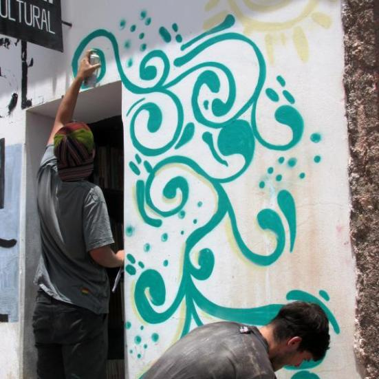 Pintando el mural en Iruya. (Foto: Pablo Harvey).