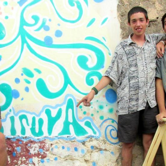 "Los cinco. Pablo señala la palabra ""Iruya"". (Foto: Pablo Harvey)."