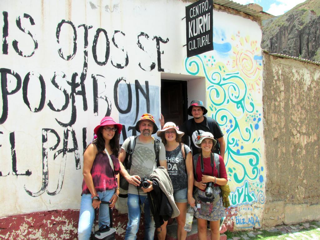 Una familia de Córdoba, frente a KURMI, Biblioteca Popular y Centro Cultural de Iruya. (Foto: Pablo Harvey).