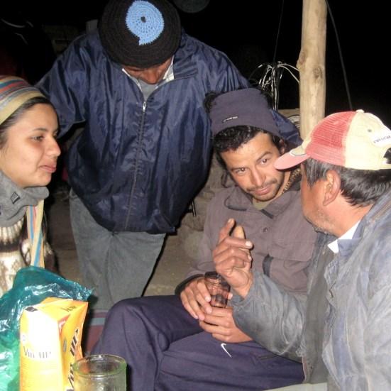 Charlando con lugareños, en San Isidro (Iruya).