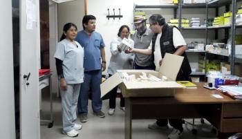 El Dr. Retamoso (gerente del hospital) muestra unos medicamentos al personal.