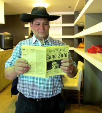 Héctor Amante leyendo NOTIRUYA. (Foto: Pablo Harvey).