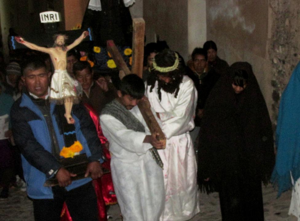 El frente de la procesión, durante el Via Crucis. (Foto: Pablo Harvey).