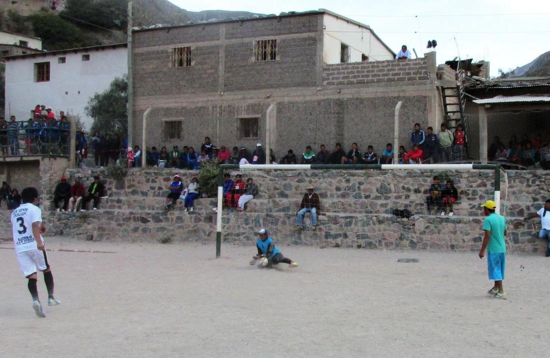 El arquero de San Juan, al momento de atajar el último penal, con el que se consagraron campeones. El número 3 de Club Tablada pateó defectuosamente el penal. (Foto: Pablo Harvey).