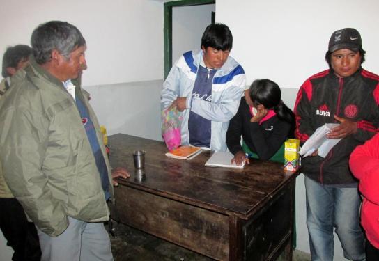 SAN JUAN, Iruya.- Delfín Díaz durante el informe de lo recaudado, y ya comenzando con los premios de la rifa. (Foto: Pablo Harvey).