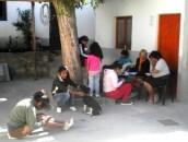 El patio de la municipalidad, convertido en sala de espera