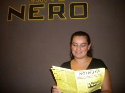Ivana lee NOTIRUYA en Caffé Nero, en el shopping de Venado Tuerto (Santa Fe)