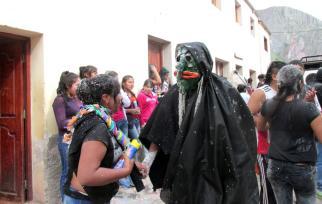 Bailando en Carnaval Chico, frente a lo de Poroto. (Foto: Pablo Harvey).