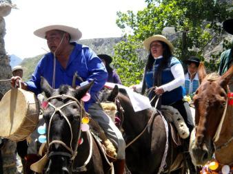 Llegan los gauchos a caballo, al carnaval. (Foto: Pablo Harvey).