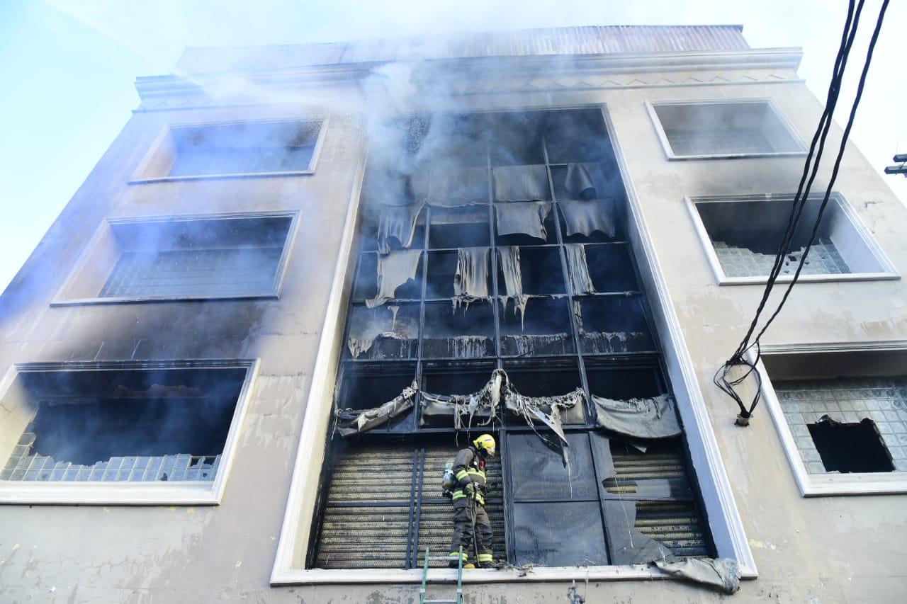 Fuego afecta fábrica de papel en Villa Juana, 26 unidades de bomberos lo combaten.