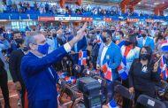 Presidente Abinader juramenta 1,200 jóvenes de padres dominicanos, nacidos en el exterior