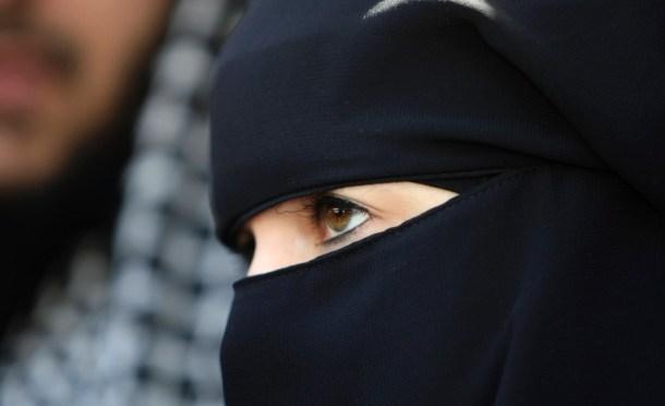 BurkaGurka – HelmpflichtSchurka, Penisneid; ich bin's Leid … sie legt ab den Eid und an die Burka … sist die BurkaSchurka
