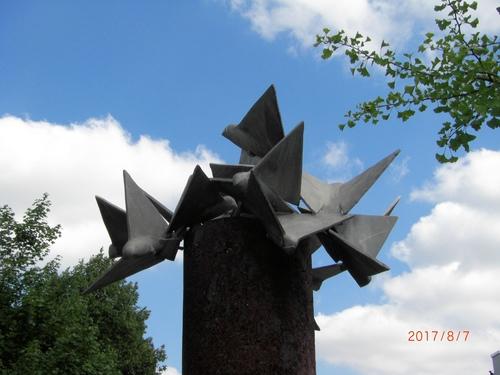 skulptur vor schule