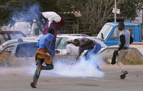 Zimbabwe protesta contro il caro prezzi del carburante
