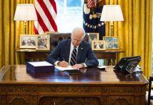 Biden firma il piano anti-Covid da 1900 miliardi di dollari