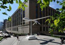 La scultura bianca del drone comparsa a Manhattan