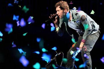 I Coldplay ci fanno guardare il cielo con il nuovo singolo Higher Power
