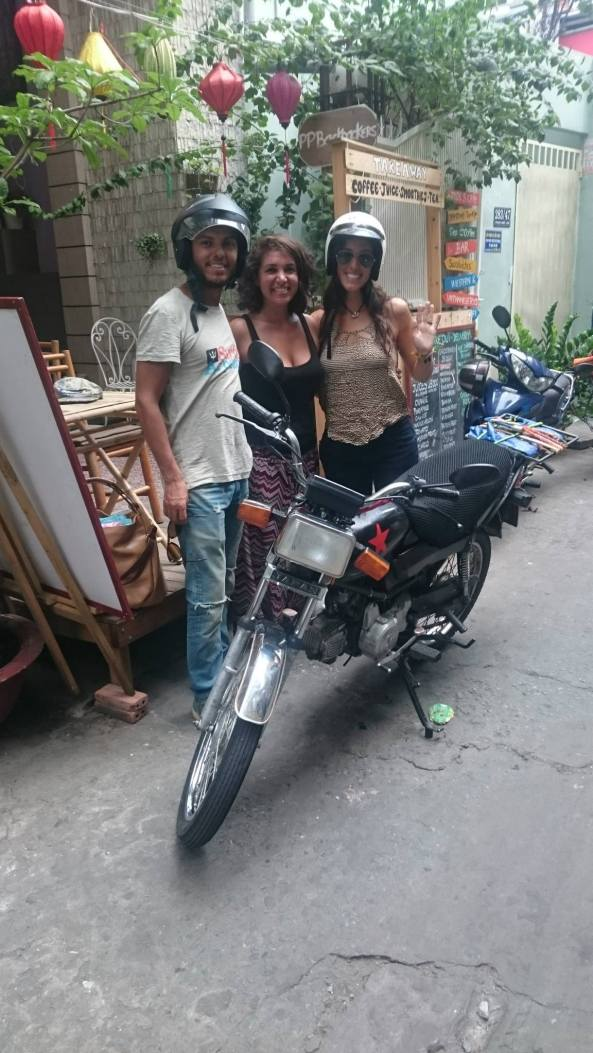Sergio, Cynthia et Kate achat moto Vietnam