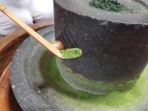 国登録有形文化財のお茶屋で語らいながら抹茶挽き体験を!昭和8年創業の「北島屋茶店」【七尾市一本杉通り】