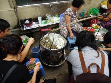 street of Saigon_w menu dziś ślimaki_eating snails