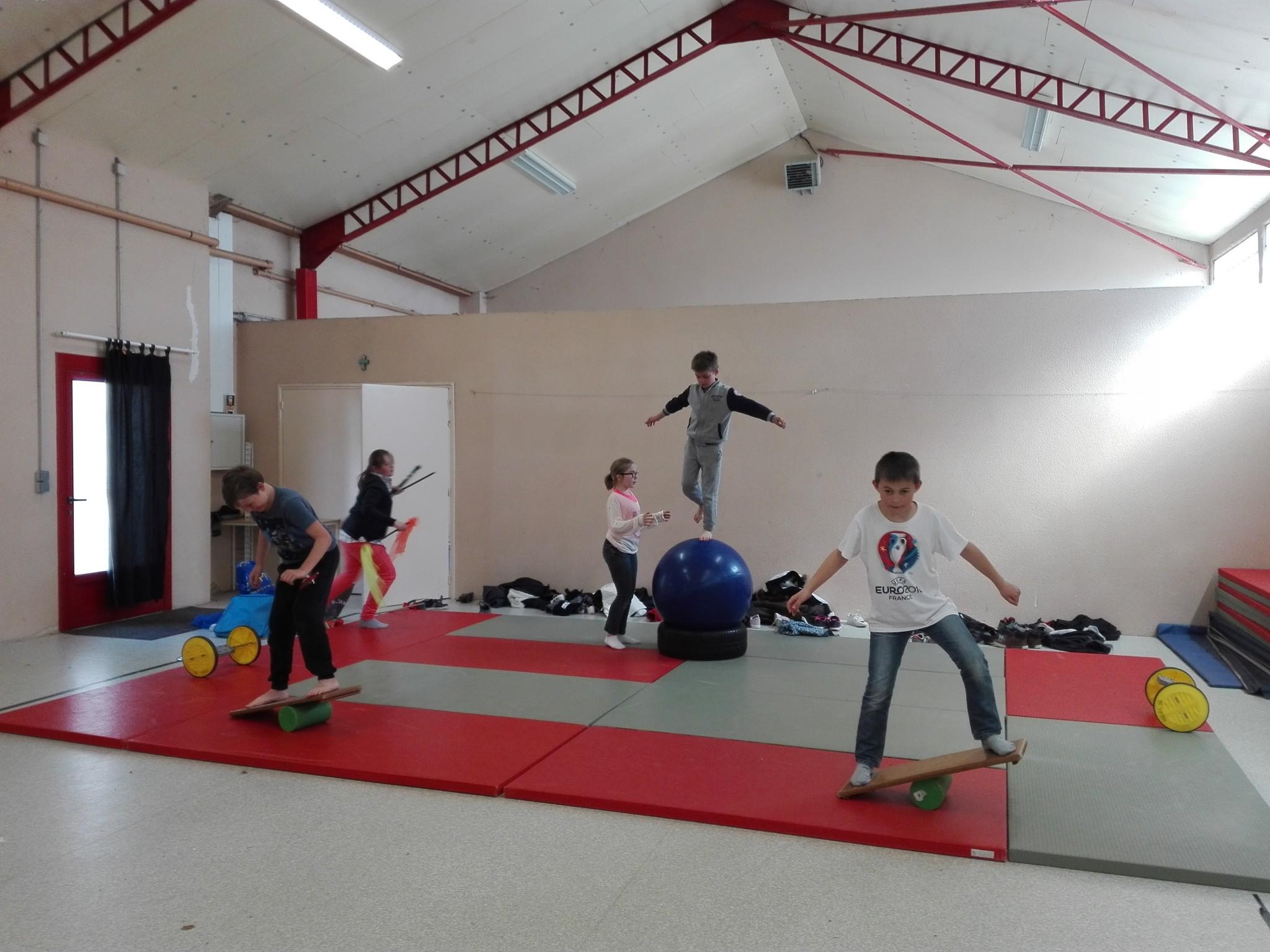 Les élèves de CM1 CM2 et d' ULIS font le cirque! - Ecole