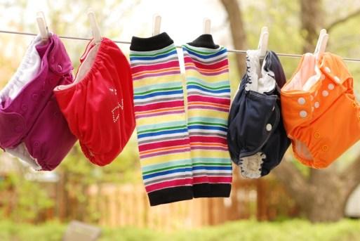 Jambières Babyleggings Retro avec, de gauche à droite, couche Bumgenius 4.0 Dazzle, couche Omaïki Tout-en-Ö Diva, couche AMP pocket marine et couche à poche Omaïki orange.