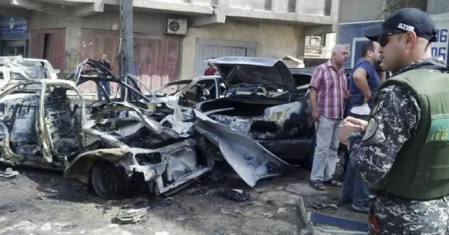 Personal de las fuerzas de seguridad iraquíes inspeccionan el sitio de un ataque con bomba en Bagdad Foto REUTERS/Thaier al-Sudani