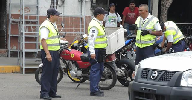 Elementos de Transito llevando a cabo el operativo de revisión a motociclistas. Foto NOTUS/Esaú González