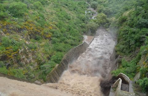 La presa de La Golondrina se encuentra desfogando.