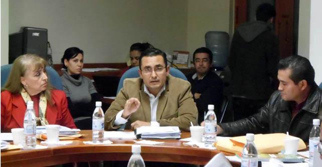 El síndico Ulises Guzmán se puso a discutir con el alcalde, Jacobo Manríquez por el aumento en la tarifa del agua potable Foto: facebook síndico