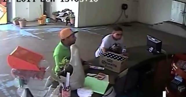 Presuntos asaltantes son grabados el momento de abrir la caja del dinero de la cervecería Corona en Pénjamo