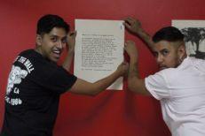 Alumnos de Artes Visuales montando expo