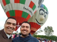 Raúl Contreras y su hijo Donován en una edición del festival del globo en Pénjamo
