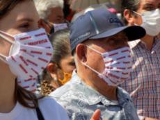 La ciudadanía irapuatense atenta al mensaje que emite el candidato. Foto por Francisco Somoza