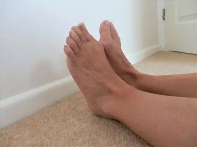 Picture of feet pointing upwards as part one of the shin splint test