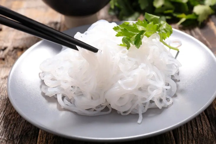 Plate of konjac noodles being picked up with chopsticks