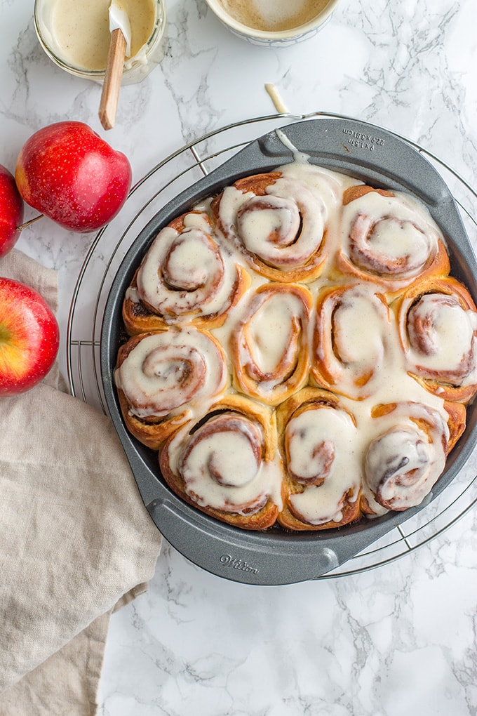 Overnight apple butter cinnamon rolls | Sweet, sticky cinnamon rolls with apple butter, brown sugar, and cinnamon cream cheese frosting. Prep overnight and bake in the morning for an easy make-ahead #brunch - #fallbaking #cinnamonrolls