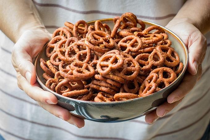 Crunchy honey mustard pretzels | A simple, easy, addictive snack for game day or after school treats. #footballsnacks #seasonedpretzels