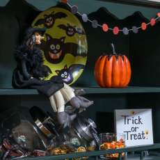 Easy and whimsical Halloween decorations and ideas. Mini candy bar, for all the trick or treaters in your home