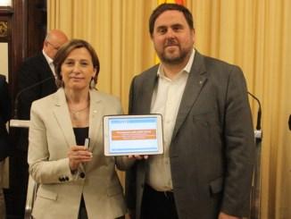 El vicepresident del Govern, Oriol Junqueras, i la presidenta del Parlament, Carme Forcadell, amb un llapis de memòria que conté el projecte de pressupostos i una tableta amb les principals xifres