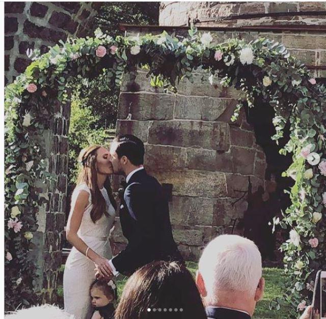 MoJo Amelia Kissing Under Canopy