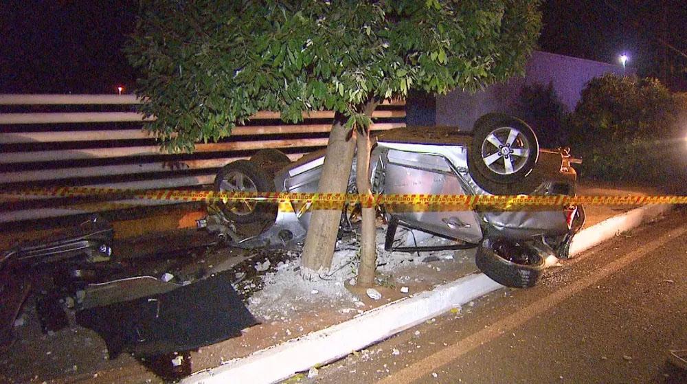 Veículo capotou até bater contra árvore e poste às margens de rodovia em Sertãozinho (Foto: Fábio Junior/EPTV)