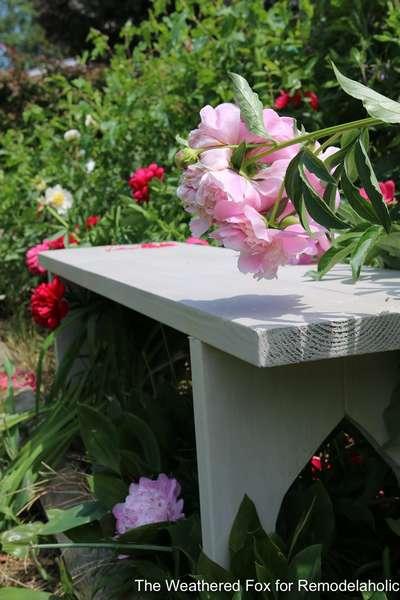 두 보드의 간단한 정원 벤치