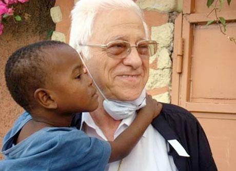 El padre Ángel es el fundador y presidente de Mensajeros de la Paz.