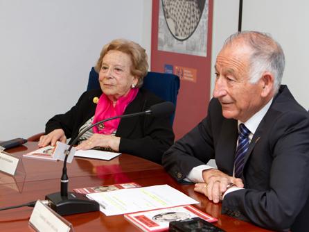 Maruja Lago con el presidente de la Diputación, Gabriel Amat, en la presentación del libro.
