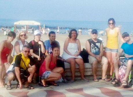 Un grupo de usuarios de El Saliente disfrutan de un día de playa.